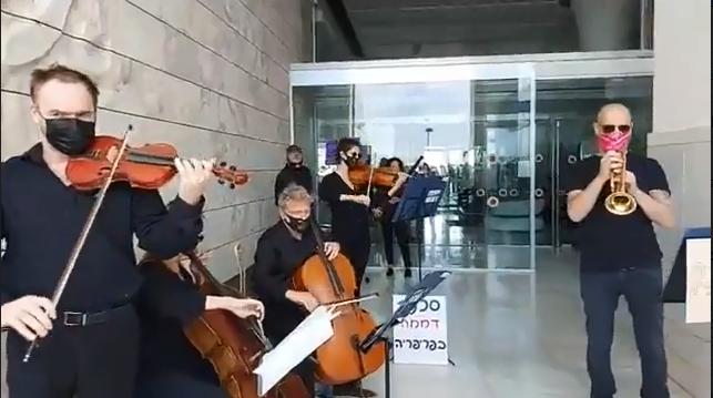 מנגנים במחאה מול בית ראשת העירייה