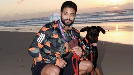 """שגיא מוקי עם הכלב סודה. """"אני מאוד אוהב לרוץ בטיילת של נתניה. מבחינתי זה מושלם"""""""