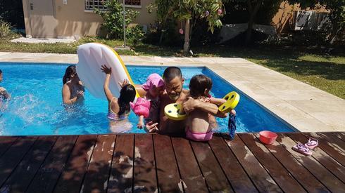 אקי וחברים מאמצים את ילדי הפנימייה של נווה הדר