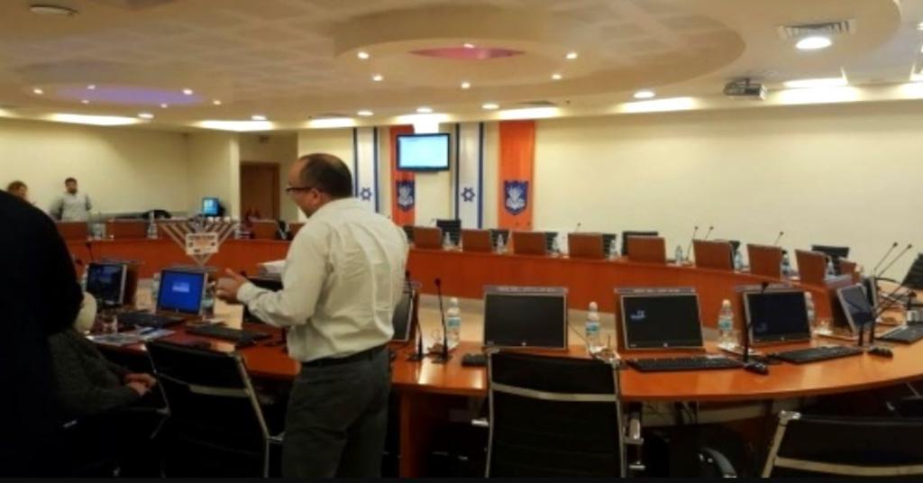 אולם הישיבות בעיריית נתניה (צילום: עדי ארצי)
