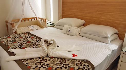 העריסה לצד מיטת היולדת (צילום: איתמר רותם)