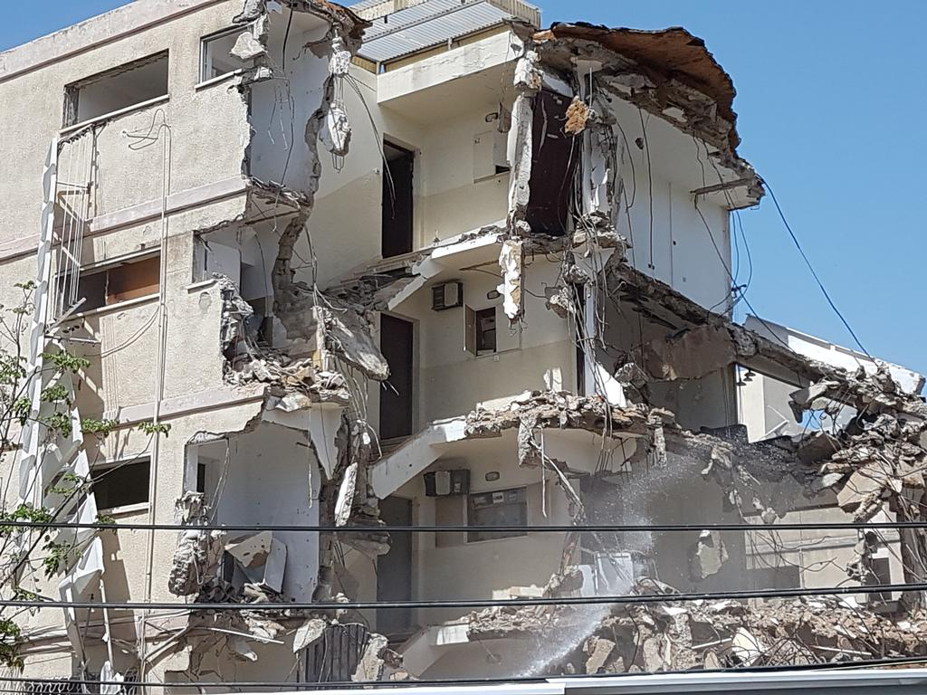 הטרקטורים מפרקים בניינים ישנים ברחוב אנדריוס פינת הרב קוק (צילום: עדי ארצי)