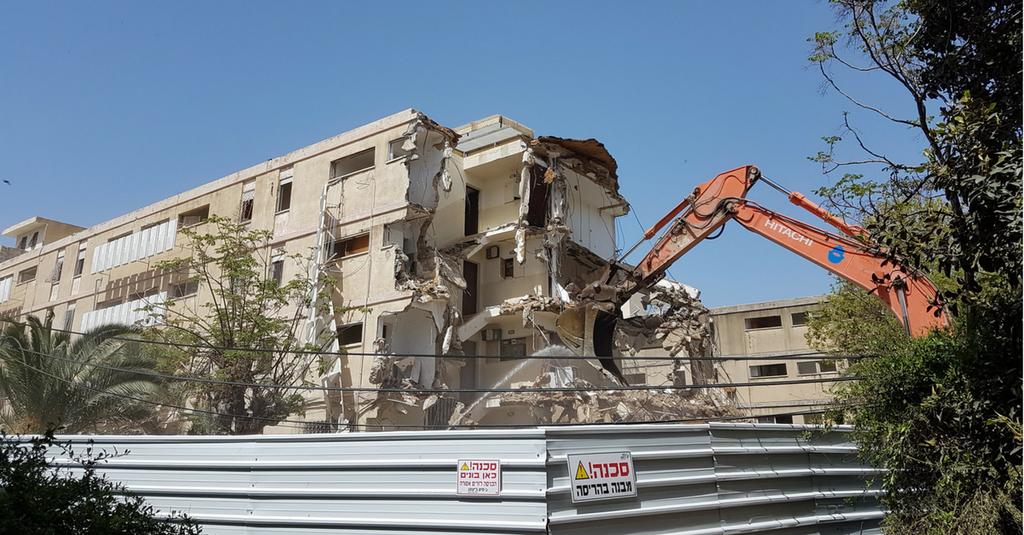 כך הורסים הטרקטורים את הבניינים ברחוב אנדריוס (צילום: עדי ארצי)