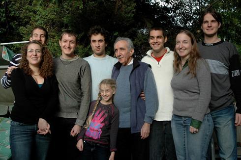 משה קוקליאנסקי יחד עם 8 נכדיו (צילום: פרטי באדיבות המשפחה)