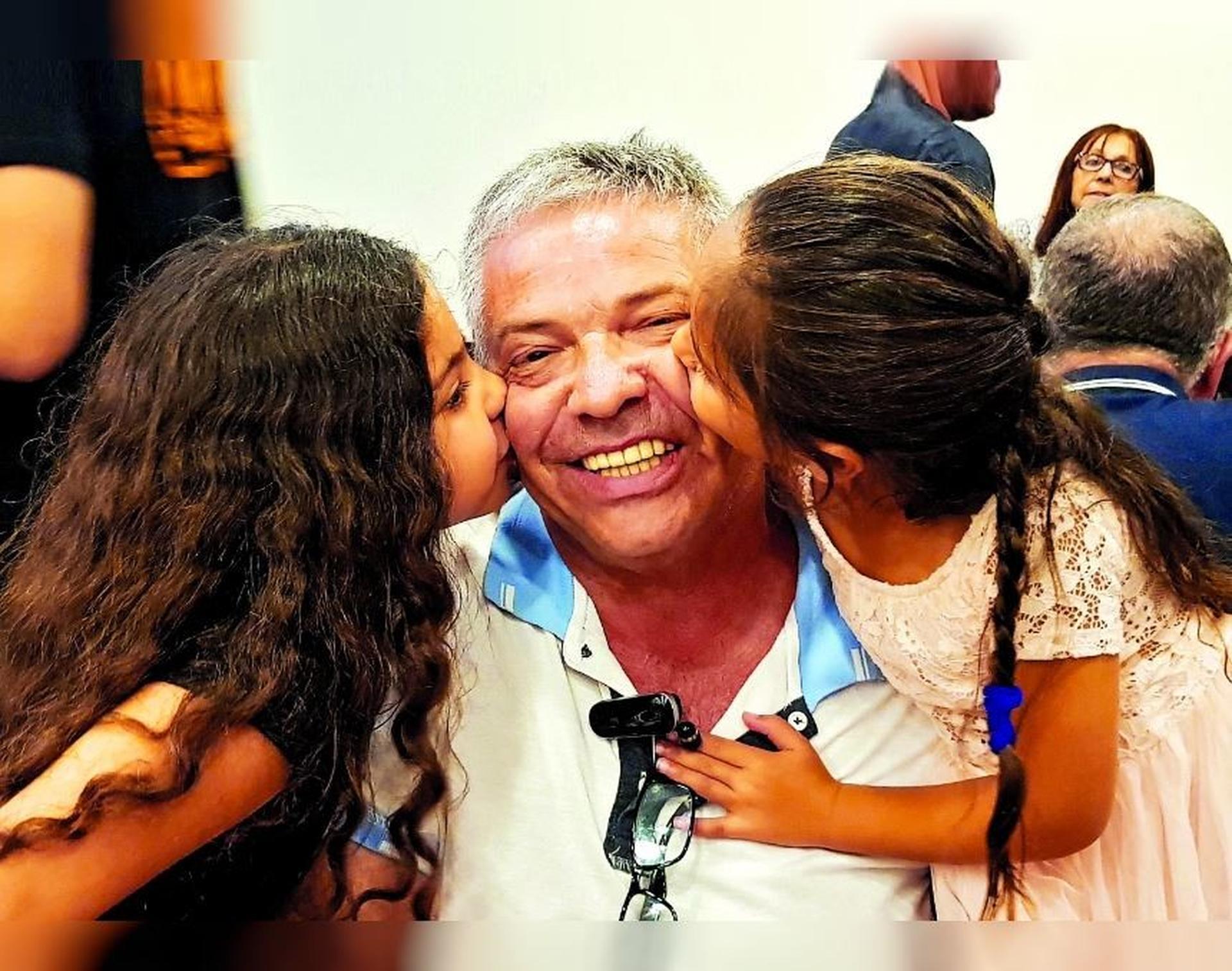 אבי ואנונו עם  הנכדות | צילום רפרודוקציה: אלעד גרשגורן