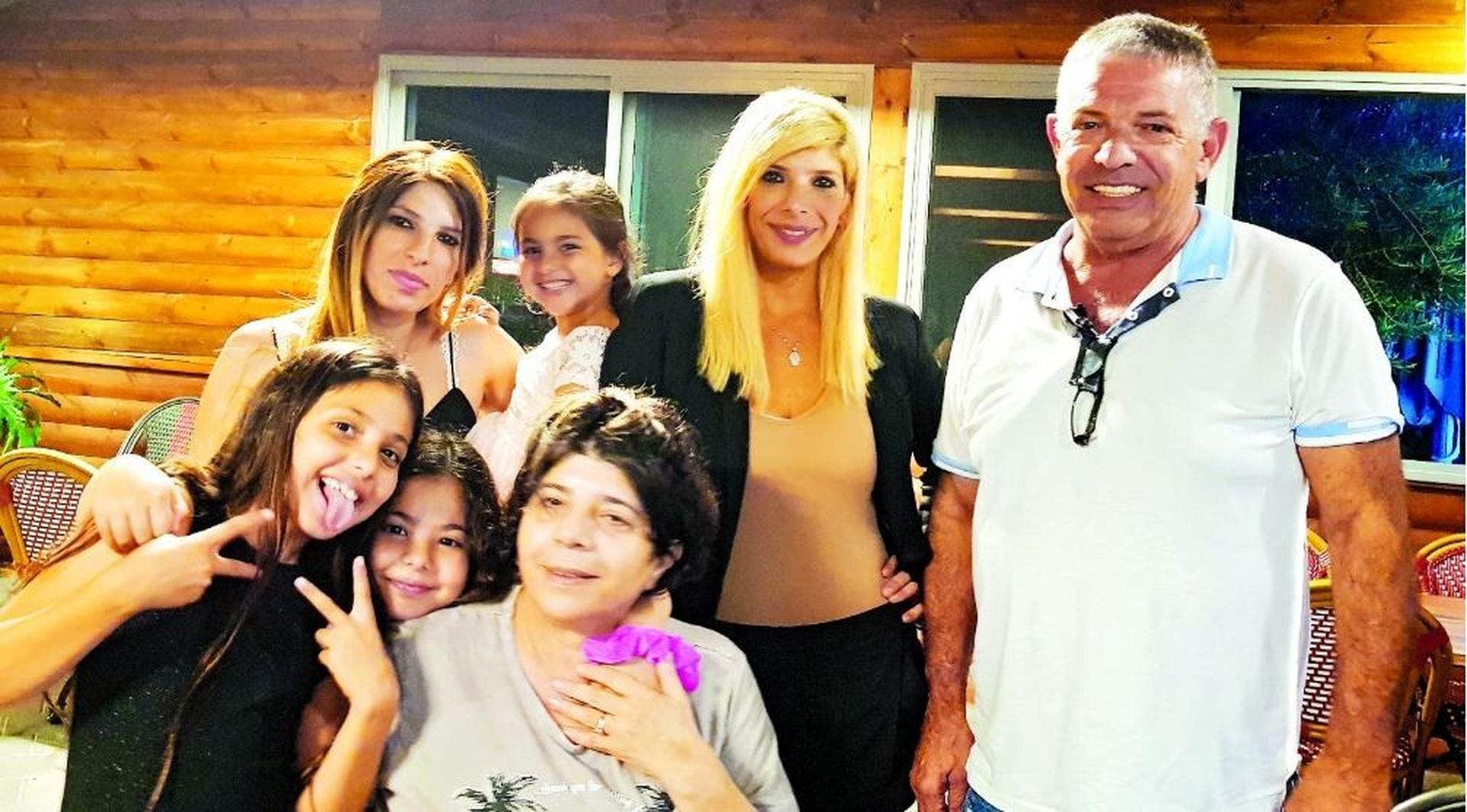 אבי ואנונו ומשפחתו | צילום רפרודוקציה: אלעד גרשגורן