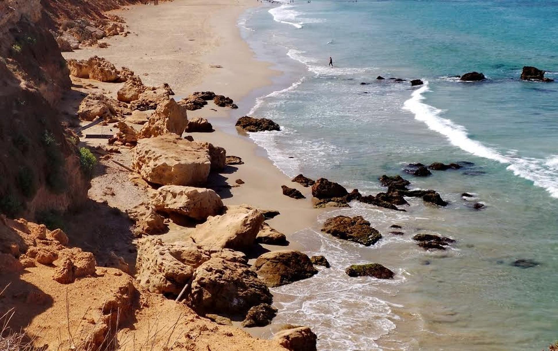 חוף ים בחדרה – צילום: איתמר רותם