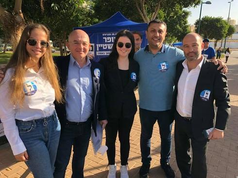 פעילי נתניה ביתנו עם חברי המועצה בוריס צירולניק ונפתלי בחטיאר
