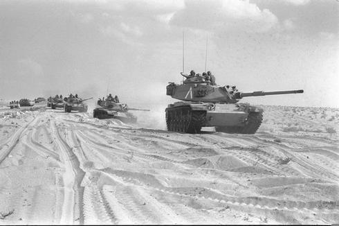 טנקים בסיני, מלחמת יום כיפור. צילום: רון אילן, אוסף התצלומים הלאומי