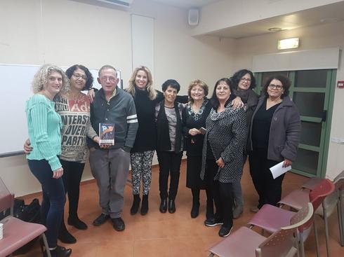 מפגשים עם סופרים במועדון הקוראות של נתניה. צילום באדיבות העמותה לחינוך בלתי פורמלי