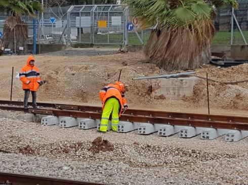 עובדים במרץ על המסילה | צילום: אביגיל קדם