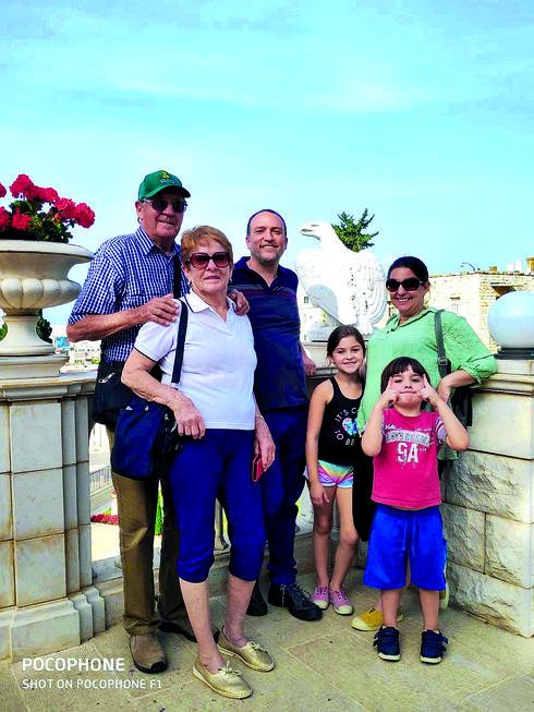 משפחת איבקר בתפקיד מדריכי טיולים | צילום: פרטי