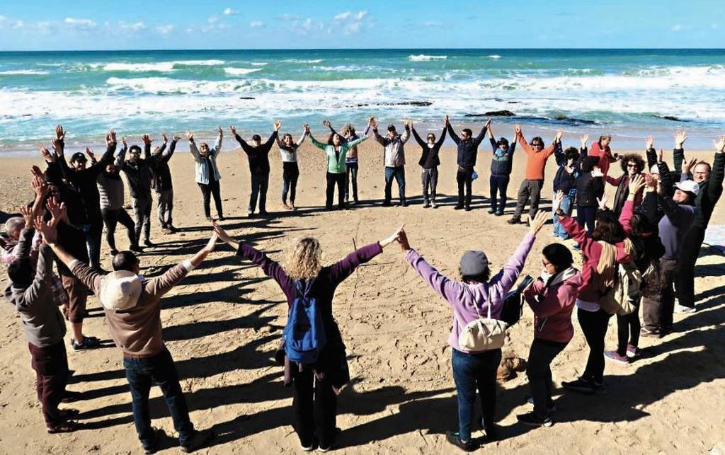 """מתנדבי קהילת """"ים שרון"""". """"איפה שאין כחול, אין ירוק כלומר, בלי הים לא תיתכן יבשה""""   צילום: עודד עזרא"""