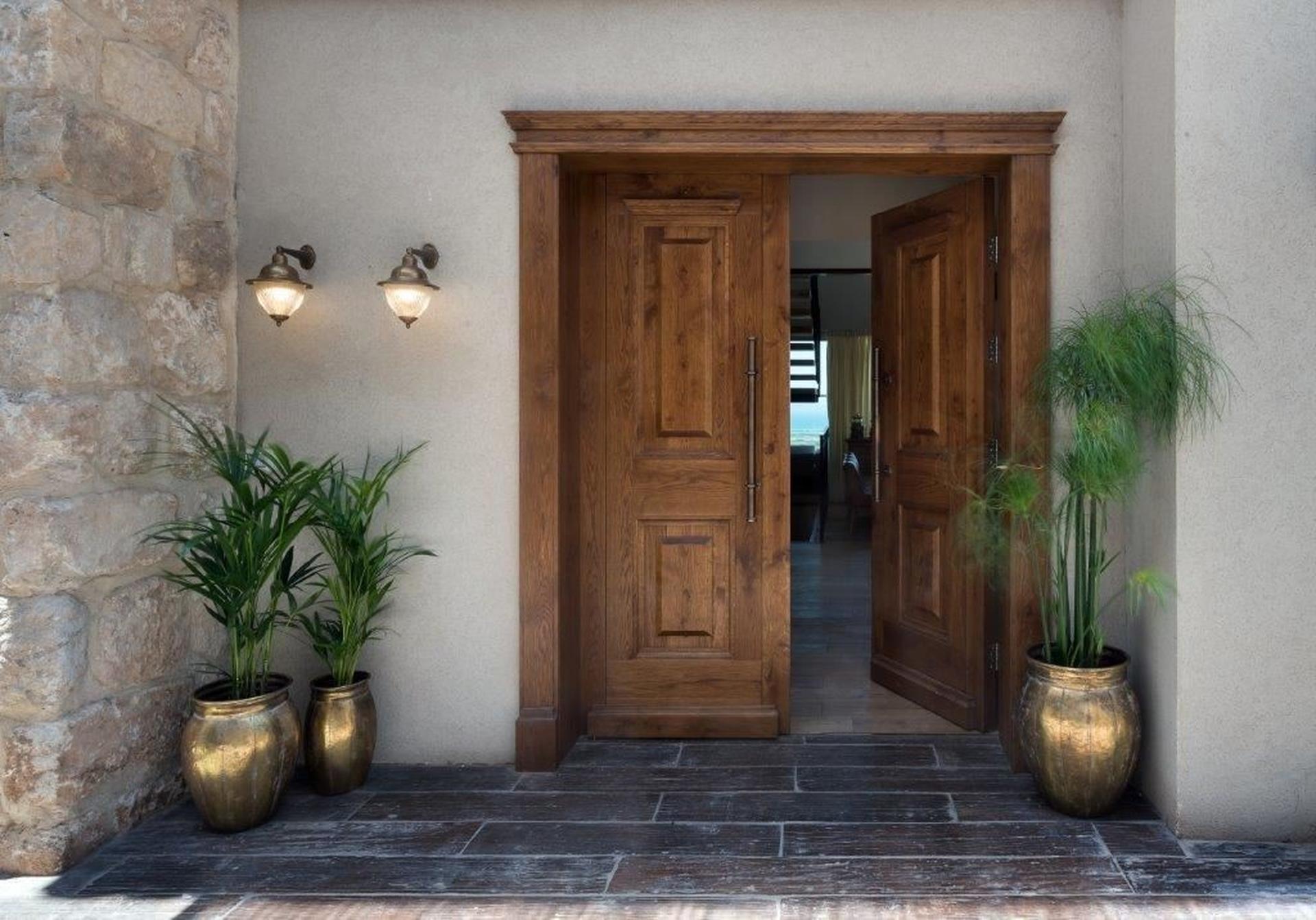 דלת העץ בכניסה לבית. צילום: עמית גושר