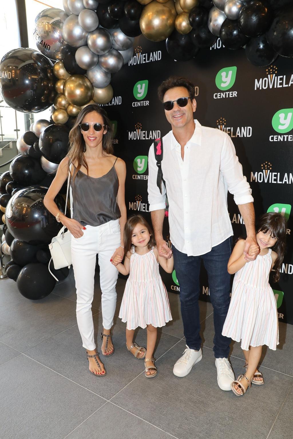 אקי אבני ואישתו ניקול מילר עם הילדים בהשקת קולנוע מובילנד פולג. צילום: רפי דלויה