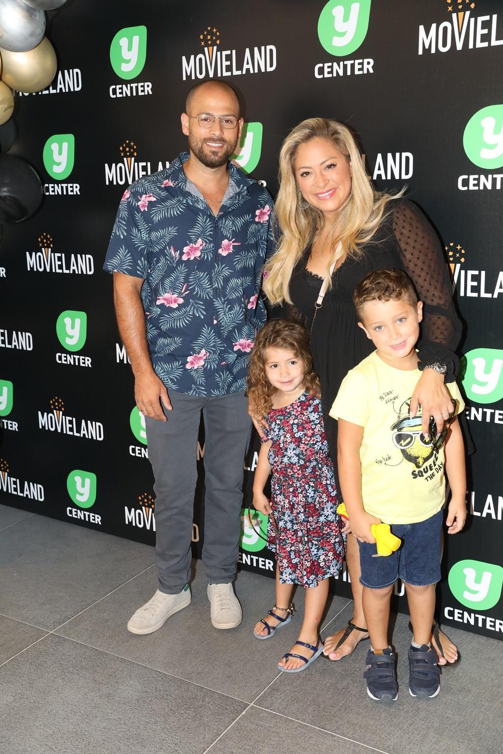 ליהיא גרינר עם בעלה יוסי צבר והילדים בהשקת קולנוע מובילנד פולג. צילום: רפי דלויה