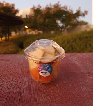 """פירות חתוכים במקום חטיפים. יח""""צ"""