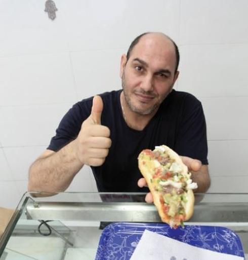 רונן והסנדוויץ' הטוניסאי צילום: אסף פרידמן